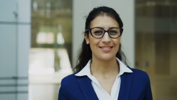 Portrét úspěšná podnikatelka v brýlích s úsměvem v moderní kanceláři