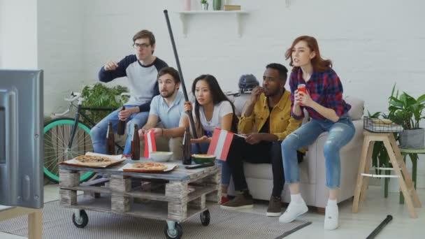 Gruppe junger Freunde Sport-Fans mit österreichischen Nationalflaggen Sport Meisterschaft im Fernsehen zusammen und glücklich über den Gewinn der Lieblingsmannschaft zu Hause beobachten