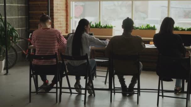 Multietnického soustředil tým spolupracovníků pracuje na spuštění projektu v openspace kancelář technologie