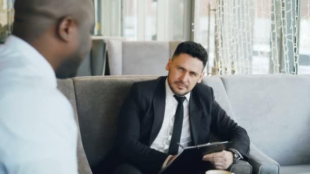 HR-Geschäftsmann Vorstellungsgespräch mit afroamerikanischer Mann ...