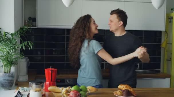 Image result for yemek yaparken dans