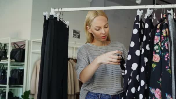 Zoek Kleding.Mooi Blond Meisje Is Het Kiezen Van Kleding In De Boutique Ze Is Op