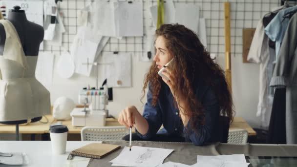 Tavolo Da Lavoro Per Sartoria : Panno dispiegarsi sarta sul tavolo di lavoro e associare modelli