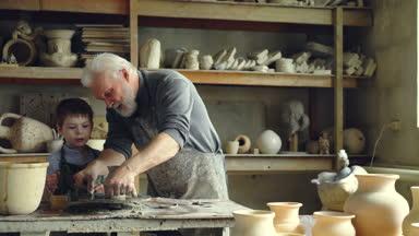 Estudiante joven diligente perfila pote de arcilla bajo la for Concepto de ceramica