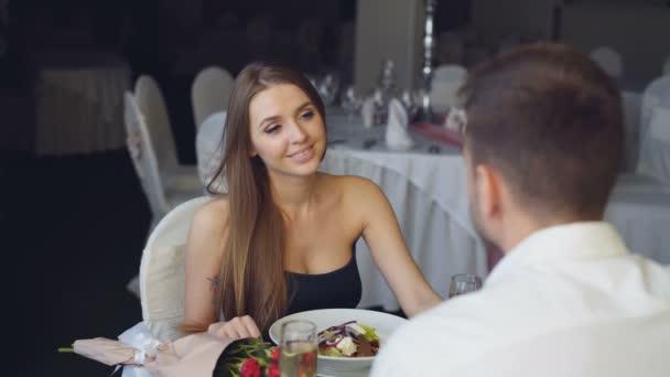 Hübscher junger Mann überrascht Mädchen schlägt, dann setzen Verlobungsring am Finger, Toasten und klirrende Gläser während romantisches Date im restaurant