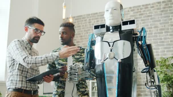 Sikeres mérnökök tesztelés hűvös robot laboratóriumi segítségével tabletta beltéri