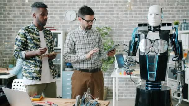 A tudósok tesztelés robot irodai segítségével tabletta megvitatása mesterséges intelligencia