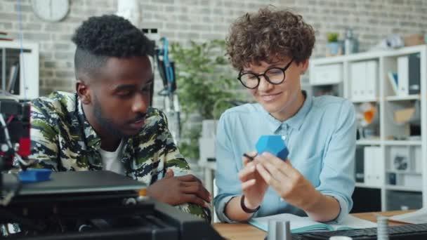 Zeitlupe: Jugendliche sprechen mit 3D-Druckermodellen im Büro