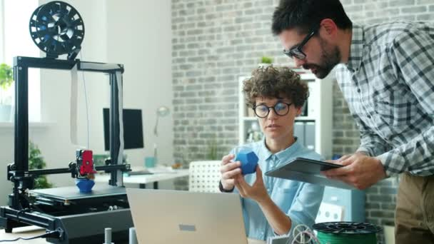 Ingenieure diskutieren 3D-Modell im Büro mit Tablet