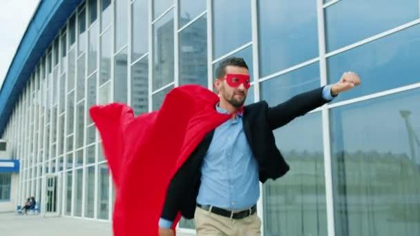 Dolly lövés vállalkozó Superman jelmez köpeny és maszk fut a szabadban