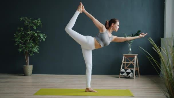 Roztomilé dívka v módní oblečení cvičení ve studiu dělá jóga pozice sám