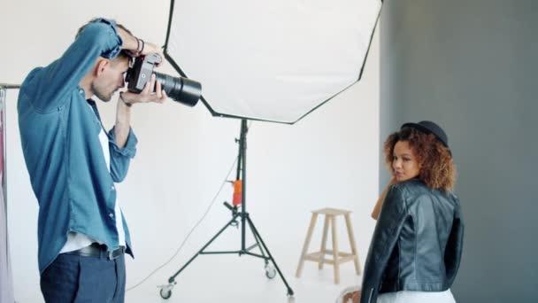 schöne afroamerikanische Dame posiert im Studio einer Werbeagentur für die Kamera