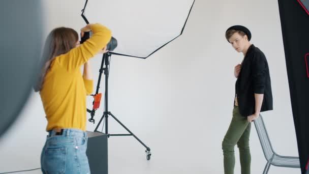 Férfi modellezés fotó stúdió pózol kamera fehér háttér
