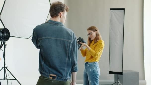 Zpomalený pohyb fotografování fotek mužského modelu pomocí fotoaparátu ve studiu