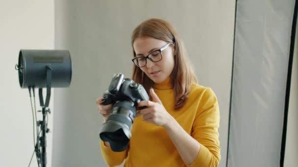 Zeitlupe des Fotografen beim Fotografieren im Studio im Gespräch mit der Kamera