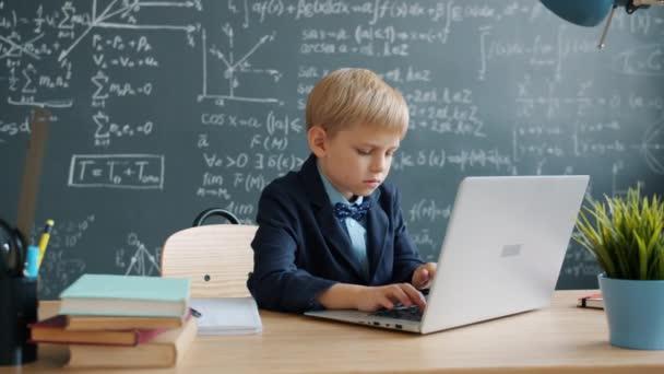 Fiatal zseni használja laptop számítógép az iskolában egyedül összpontosított tanulmányok