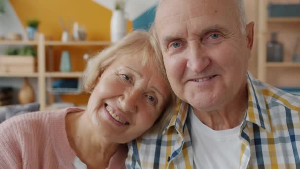 Zpomalený film portrét veselého páru důchodců muž a žena se směje