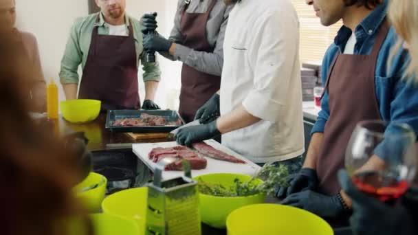 Fröhliche Jugend lernt Kochgeheimnisse bei Meisterkurs von Profi-Koch