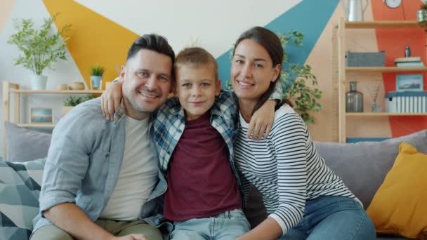 Zpomalený film portrét šťastné rodiny matka, otec a syn se usmívá do kamery