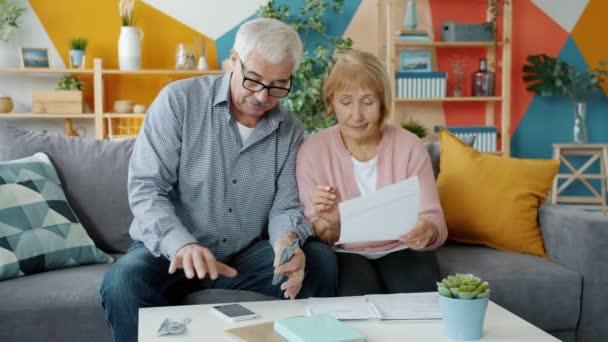 Šťastná rodina platí účty a pak si plácá a směje se