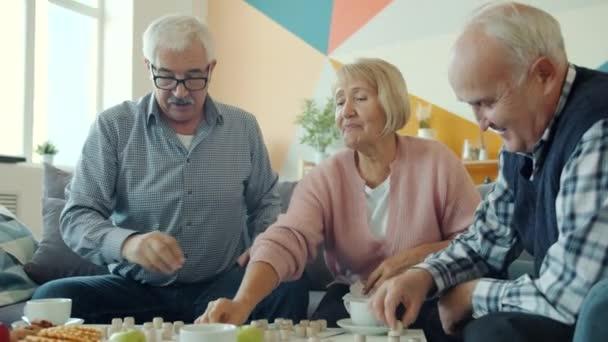 Bir grup emekli arkadaş loto oyunuyla eğleniyor sonra da beşlik çakıp konuşuyorlar.