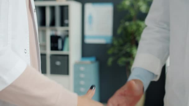 Detailní záběr mužských a ženských třesoucích se rukou v lékařských šatech uvnitř