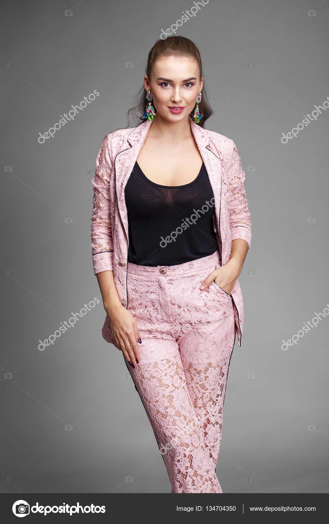 Hermosa mujer joven en la chaqueta de encaje de color rosa — Foto de ...