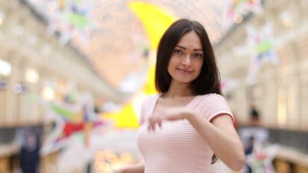 mosolygó fiatal nő rózsaszín ruha