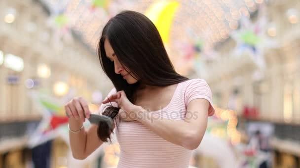 Mladá krásná žena rozčesávala vlasy
