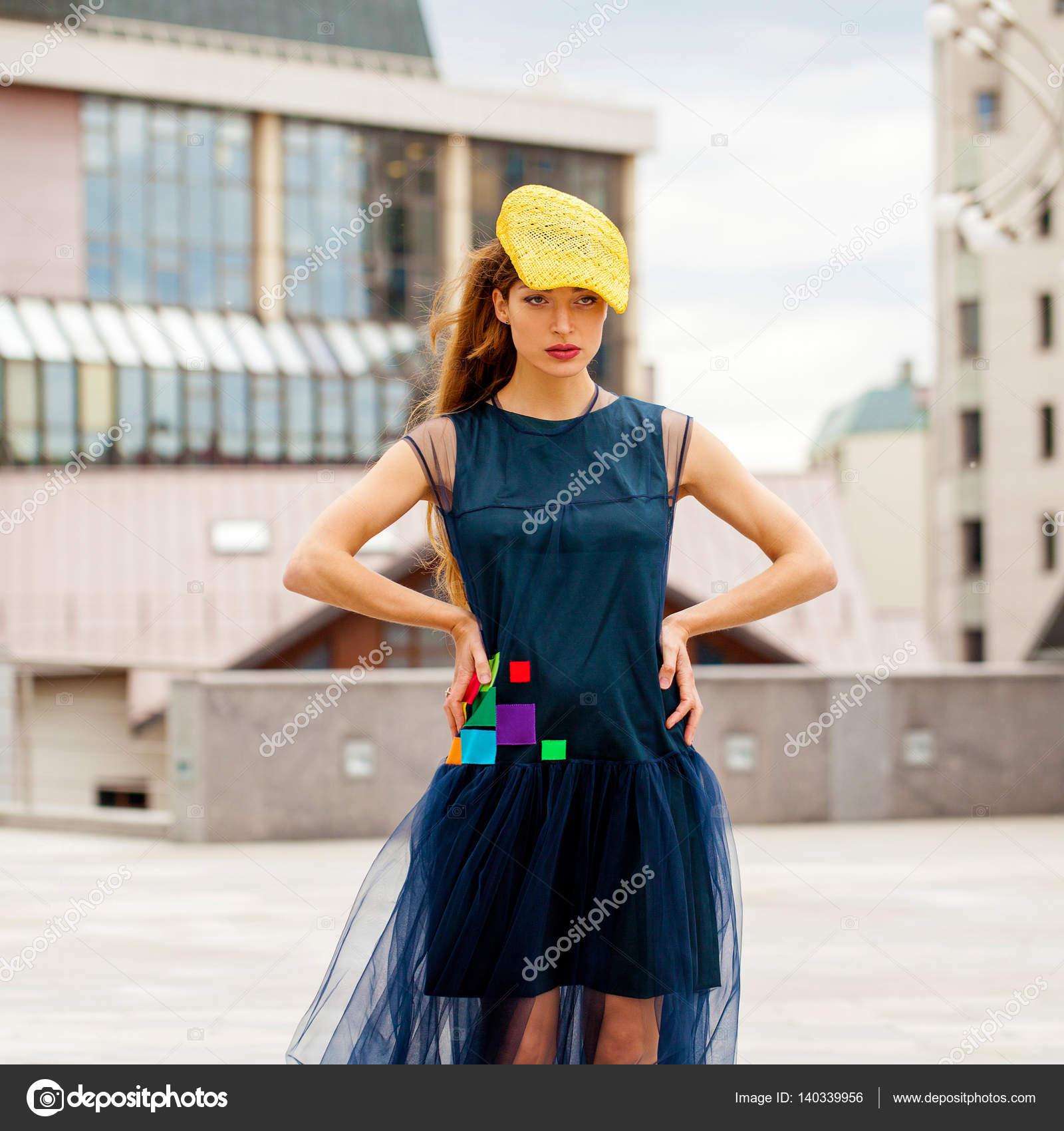 589450d83680 Ritratto di una donna brunnete in cappello giallo e blu del vestito — Foto  di ...