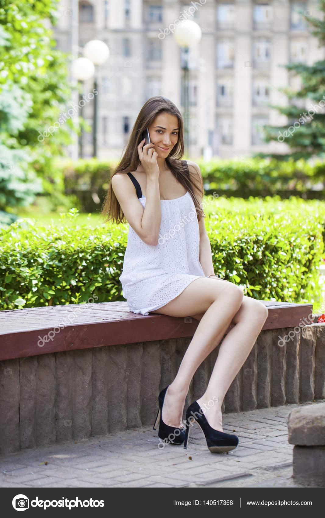 Femme assise sur le banc dans le parc — Photographie