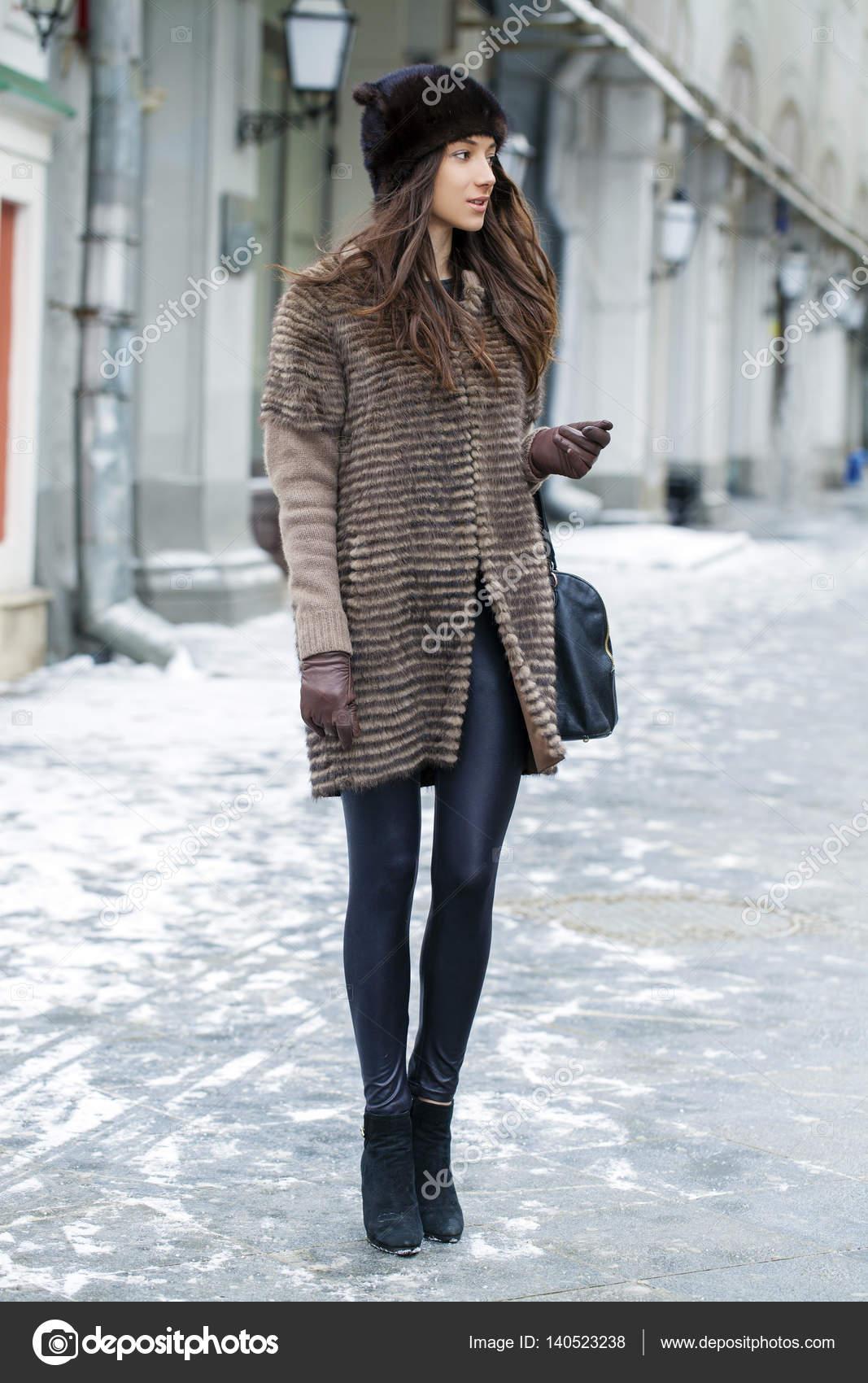 Joven mujer de en estilo hermosa abrigo con visón 1AqS1