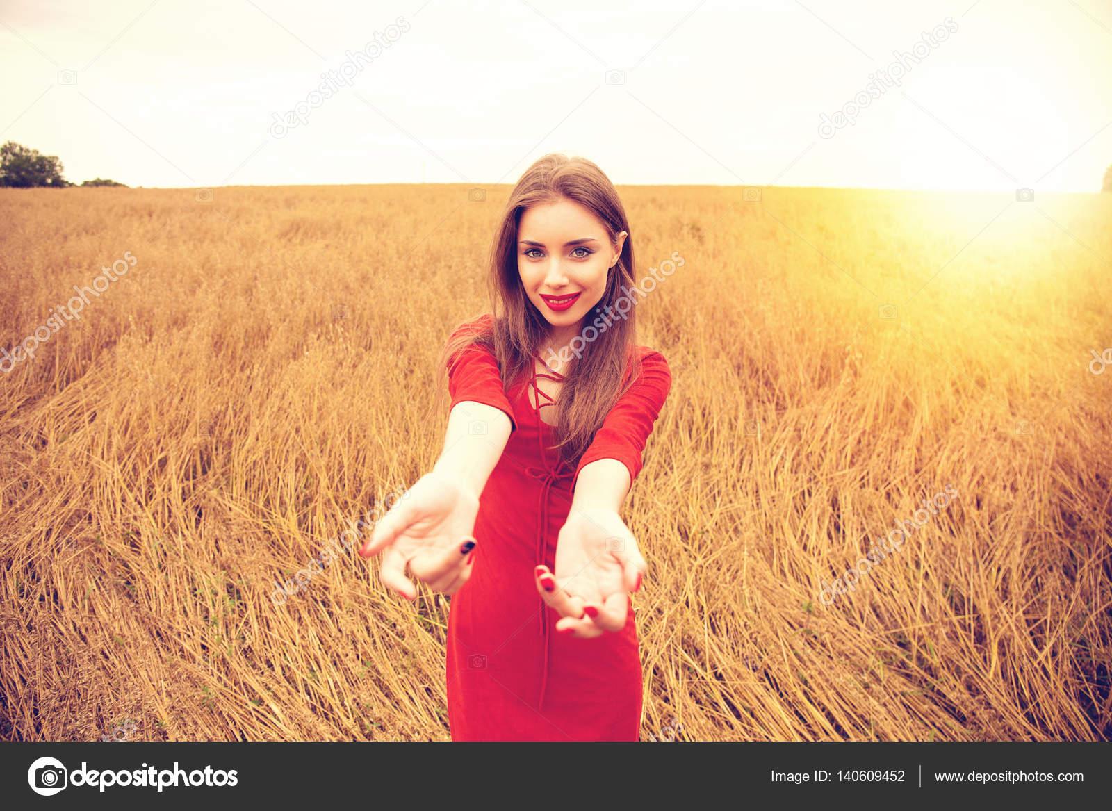 Девушка идет за руку с девушкой