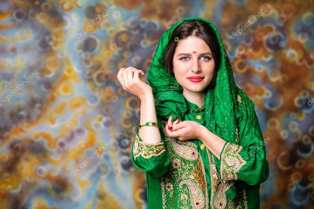 Фото девушка с зелеными глазами в зеленом сари