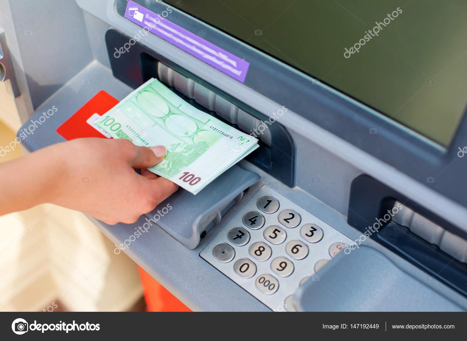 Resultado de imagem para foto sacando o dinheiro no caixa eletronico