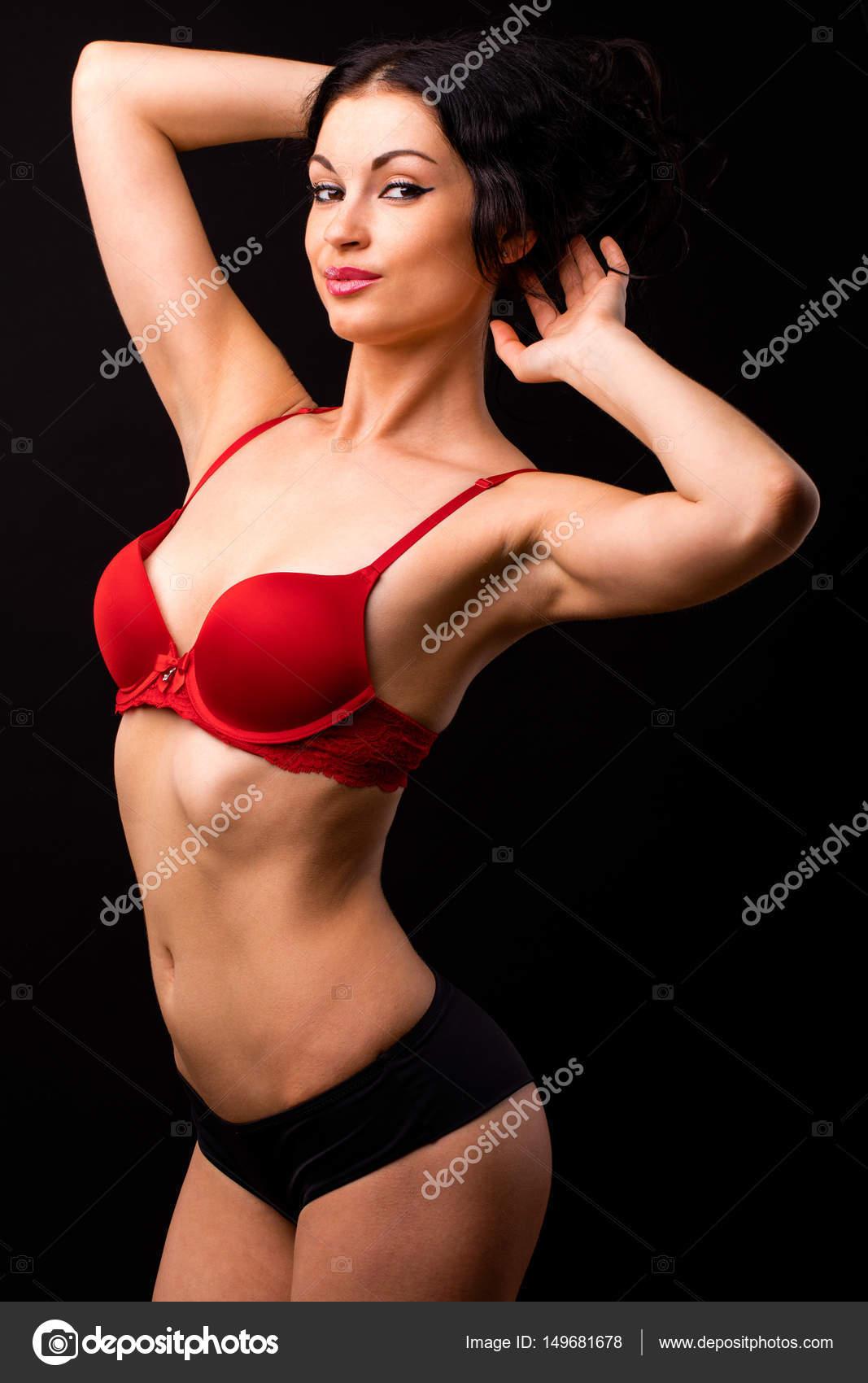 5b36bb8c1 Retrato de mulher morena sexy lingerie vermelha e preta sobre um —  Fotografia de Stock