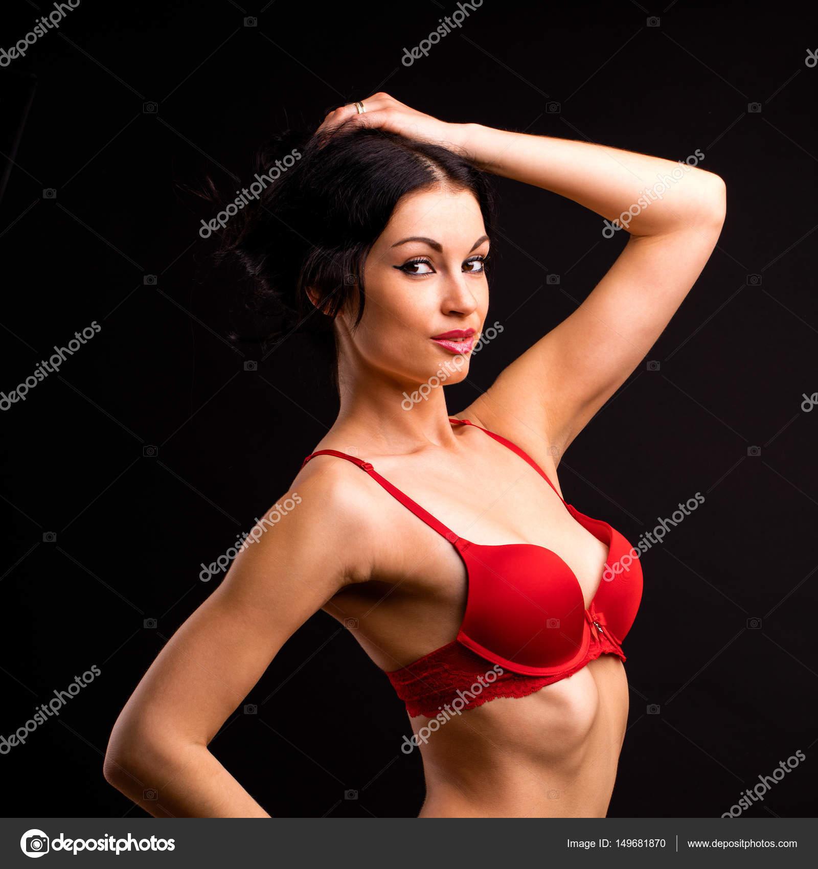 8c08fb10c Retrato de mulher morena sexy lingerie vermelha e preta sobre um —  Fotografia de Stock