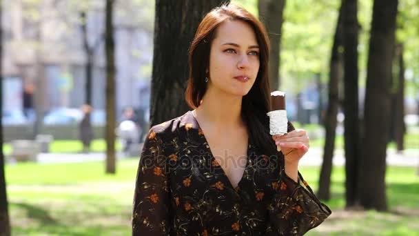 Eskimo. Mladá žena jíst na zmrzliny, horké léto venku