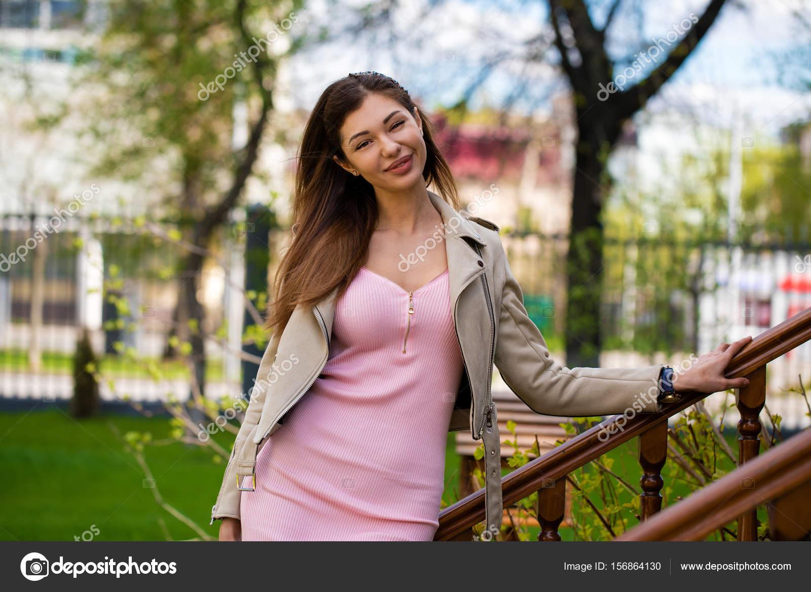 foto-devushki-bryunetki-v-rozovom-plate-golaya-v-tolpe-muzhchin-video