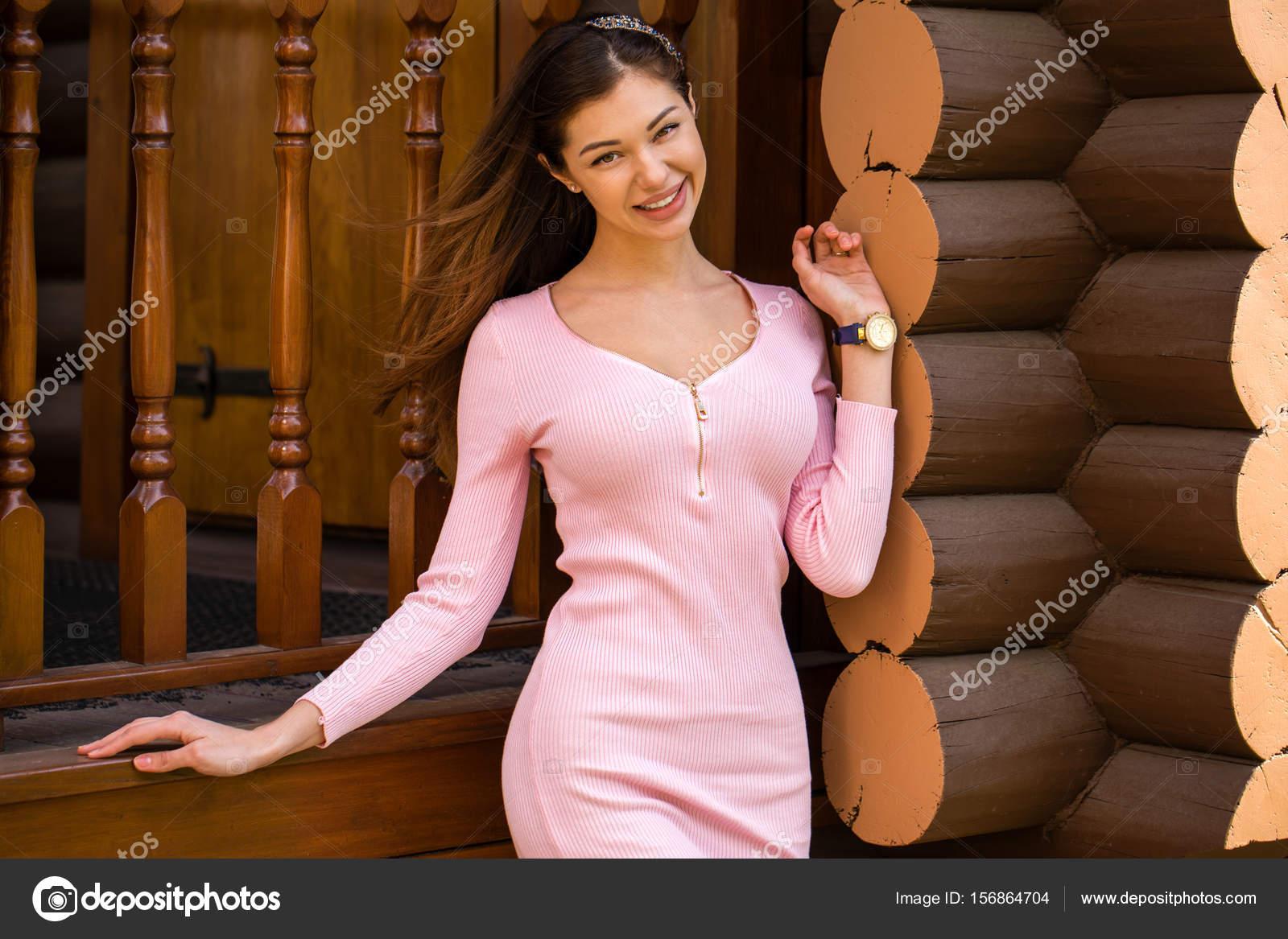 Hermosa mujer morena joven en vestido rosa — Foto de stock © arkusha ...