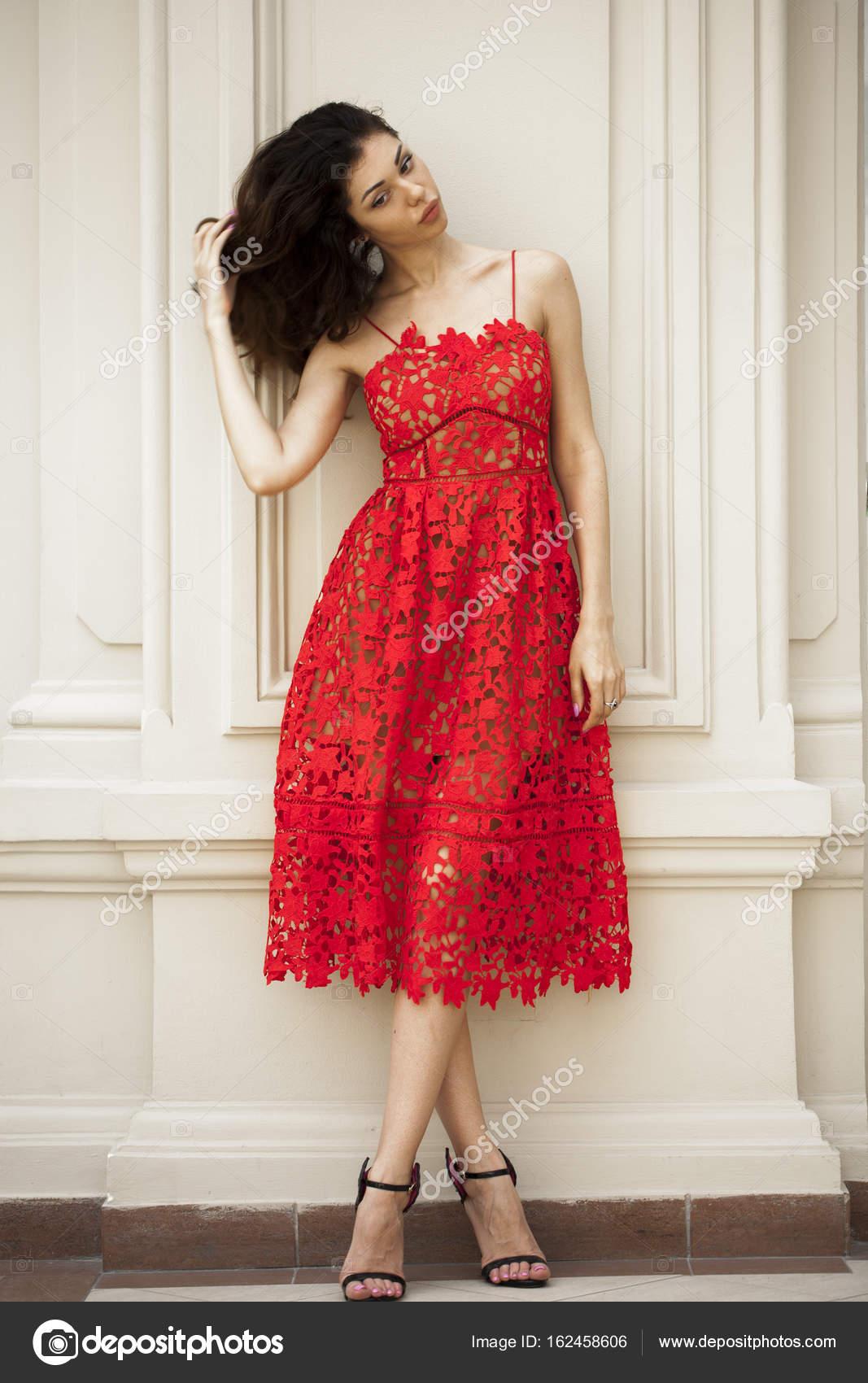 ee3b4358abc belle jeune femme en robe rouge sexy — Photographie arkusha ©  162458606