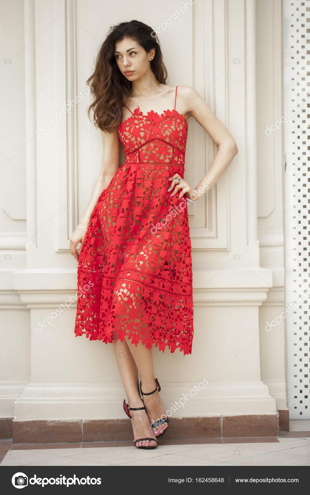 schöne junge Frau in sexy roten Kleid — Stockfoto © arkusha #162458648