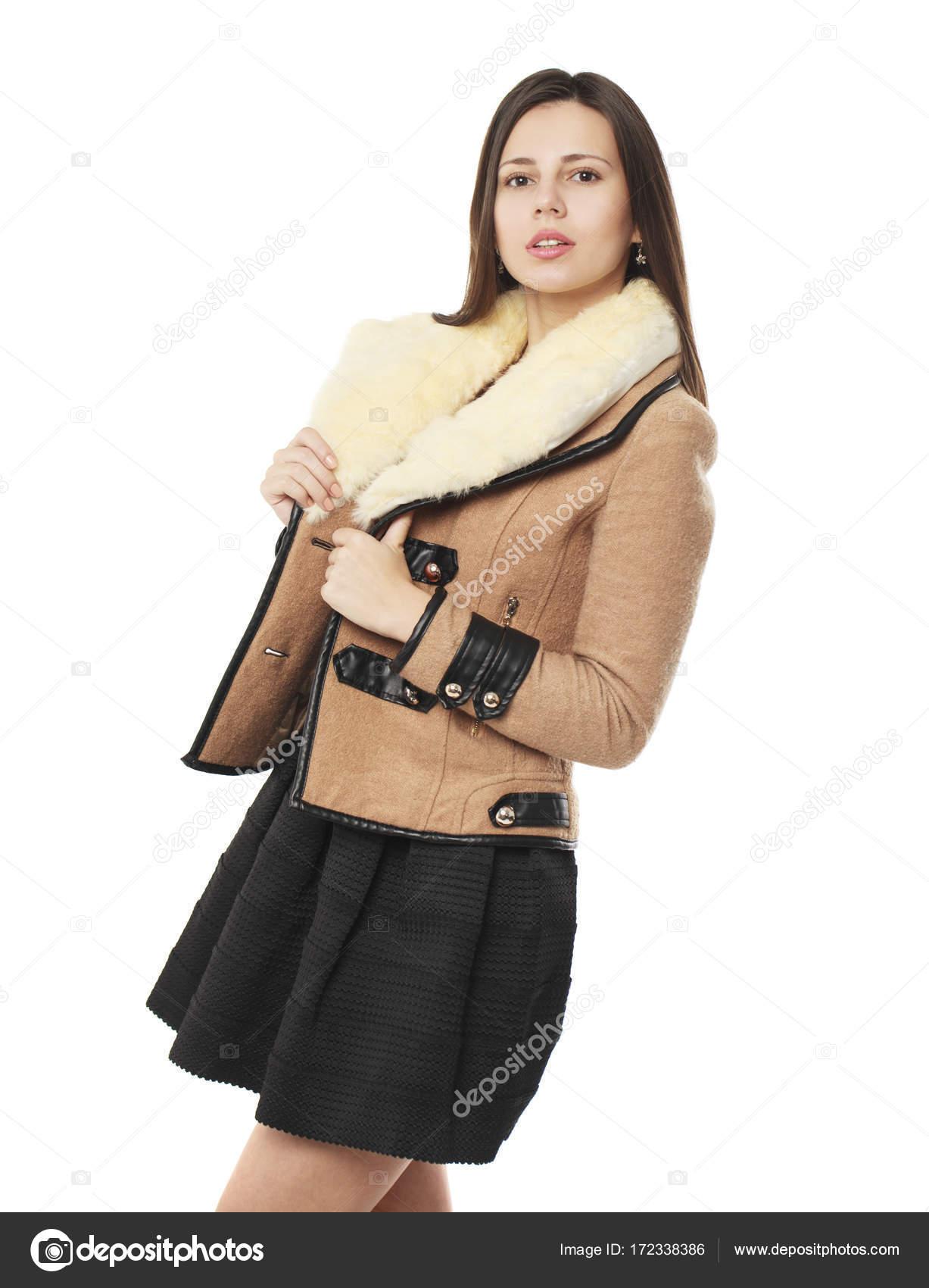 d6e4b32f62e5 Νεαρή γυναίκα σε κομψά σε μπεζ μπουφάν — Φωτογραφία Αρχείου ...