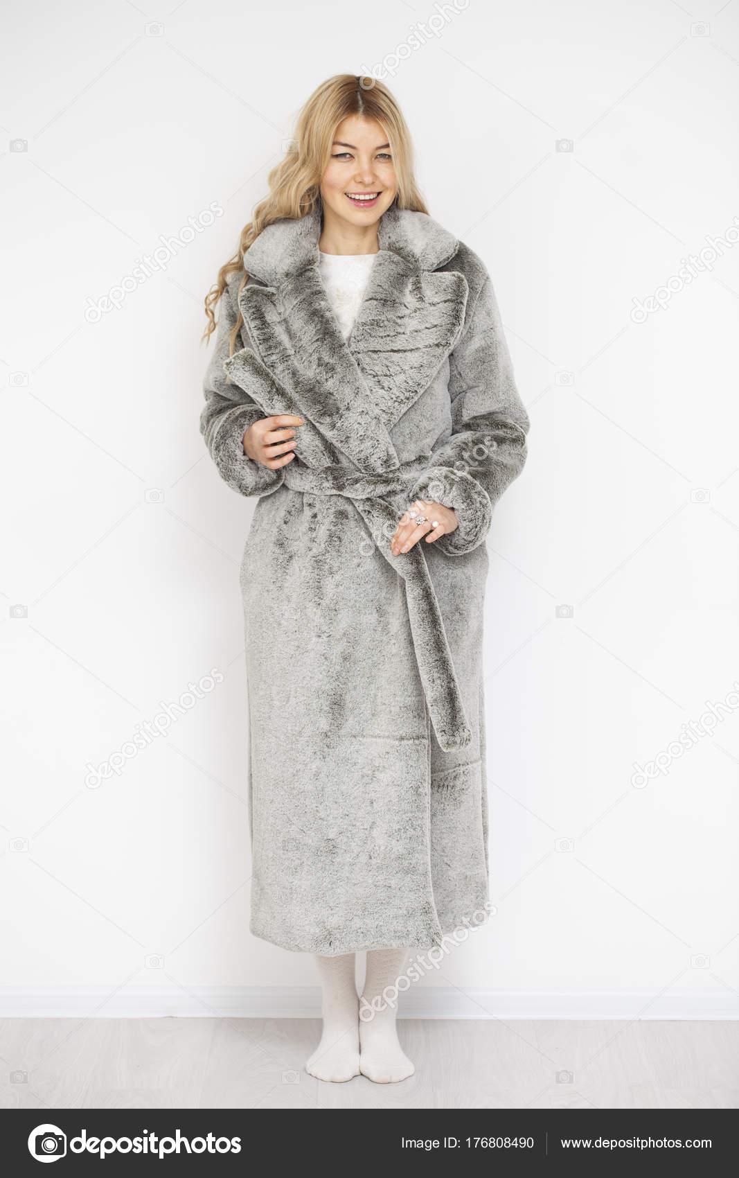 outlet store 041cf fa7bb Giovane bella donna bionda in cappotto di pelliccia grigia ...