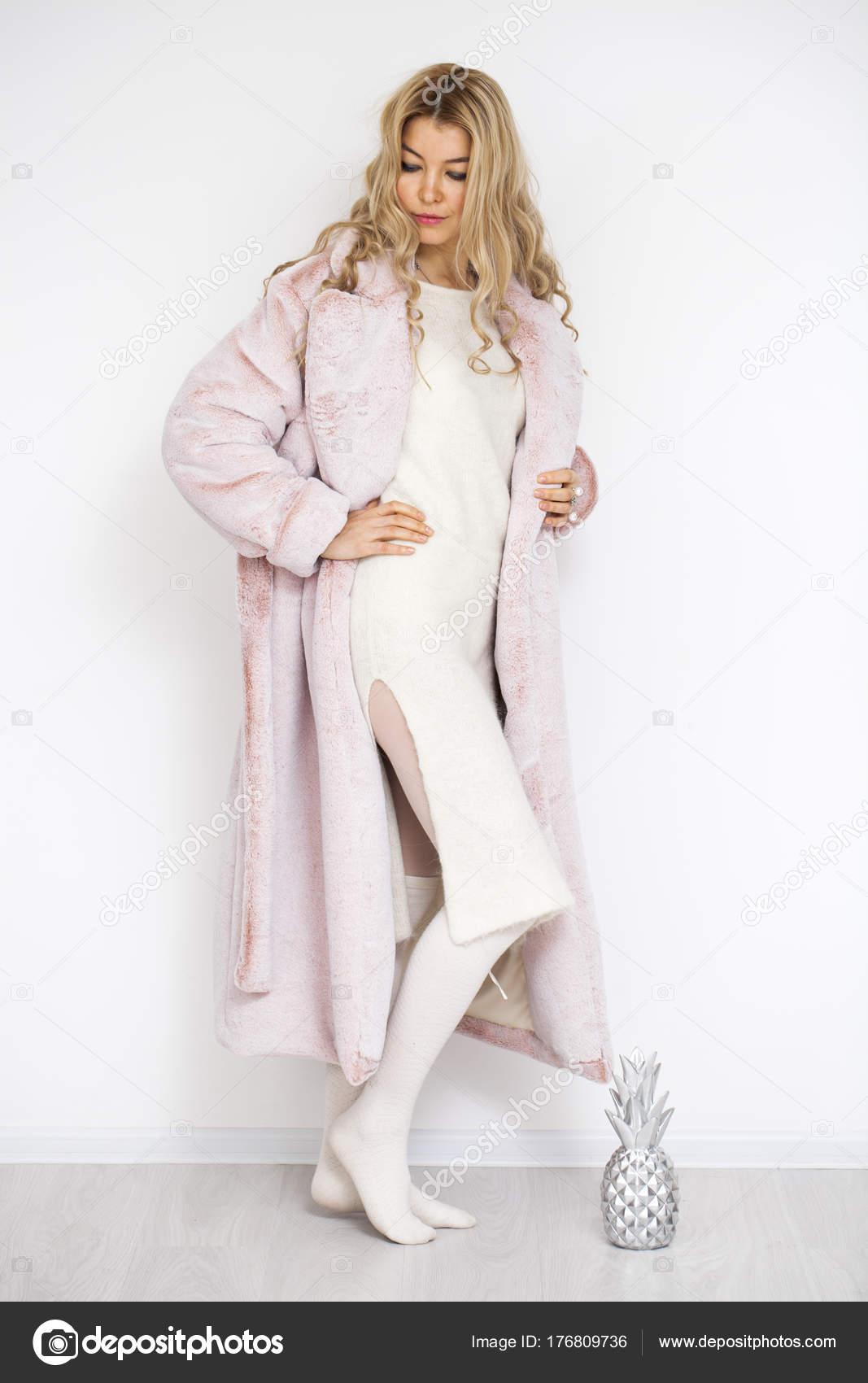 5b53deaadff6 Ξανθιά γυναίκα στο ροζ γούνα — Φωτογραφία Αρχείου © arkusha  176809736