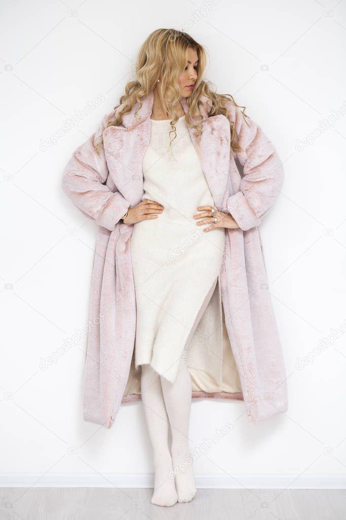 251f7878f637 Ξανθιά γυναίκα στο ροζ γούνα — Φωτογραφία Αρχείου © arkusha  176809698