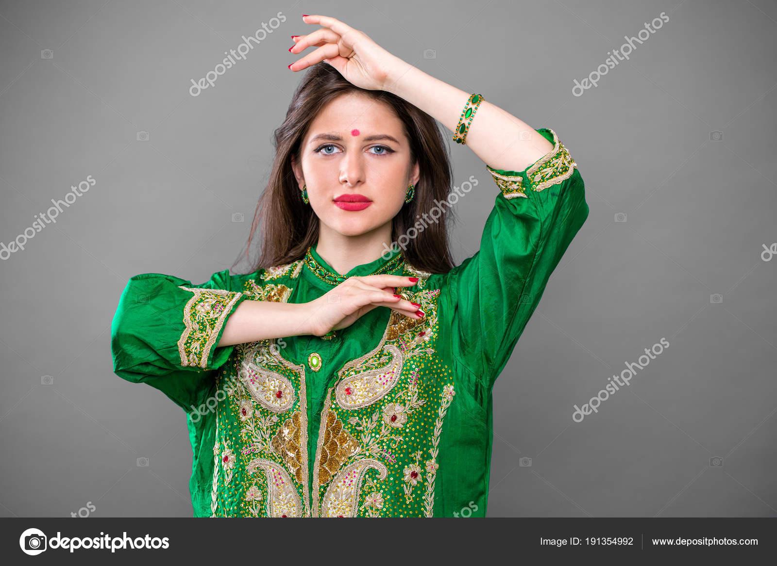 4cdc524969c Portrait de femme indienne belle mode avec accessoire oriental– images de  stock libres de droits