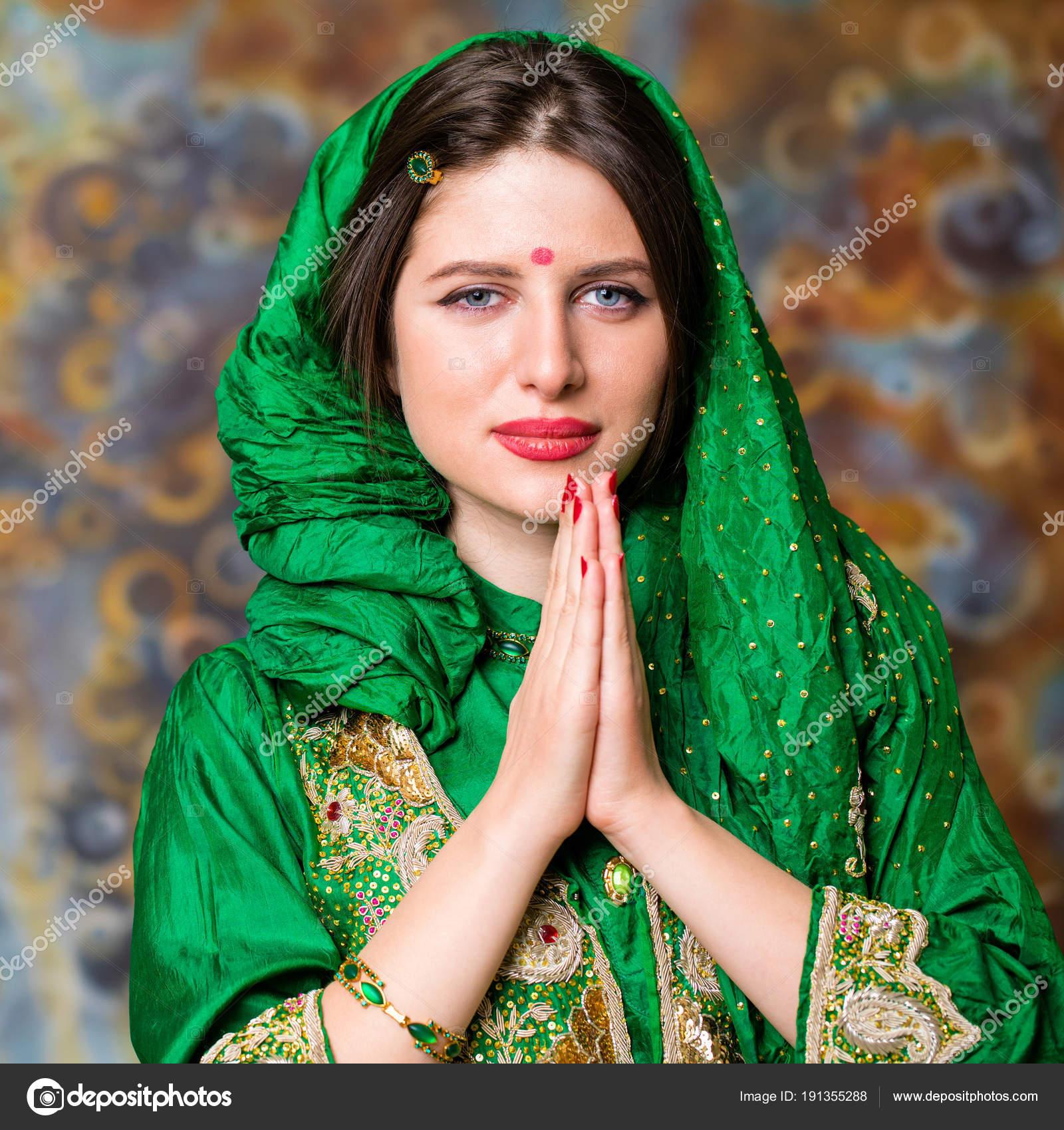 Portrait de femme indienne belle mode avec accessoire