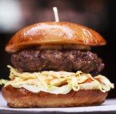 Rychlé občerstvení s tradiční chutný hamburger