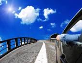 auto na mostě